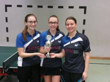 Laura Dengel, Lisa Prautzsch und Vanessa Moch mit dem Regionspokal